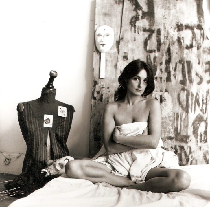 Liliana Maresca en una de sus fotografías performance realizada por Marcos López. Imagen cortesía de Espaivisor.