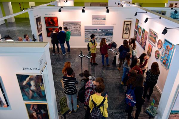 Público asistente a uno de los stands de las galería participantes en S.A.CO 2015. Fotografía cortesía de los organizadores.