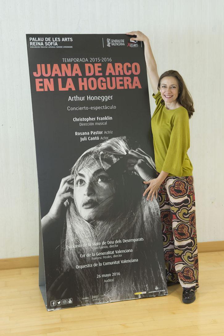 Rosana Pastor junto al cartel de Juana de Arco en la hoguera. Imagen cortesía de Les Arts.
