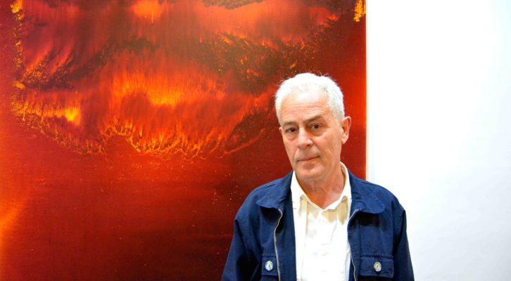 Luis Moscardó posa delante de su obra 'Tiempo de lluvia y fuego'. Fotografía: Jose Ramón Alarcón.