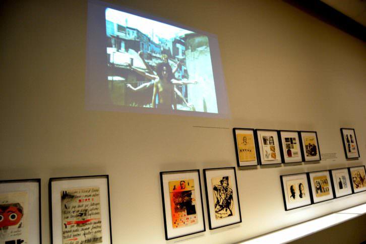 Imagen general de algunas obras y proyección audiovisual de la exposición. Fotografía: Jose Ramón Alarcón.