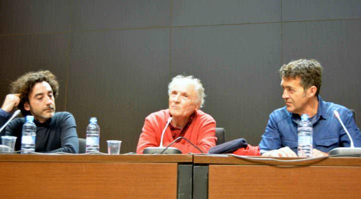 Antonio López, acompañado de Ricardo Forriols y José Saborit, durante un instante de la conversación. Fotografía: Merche Medina.