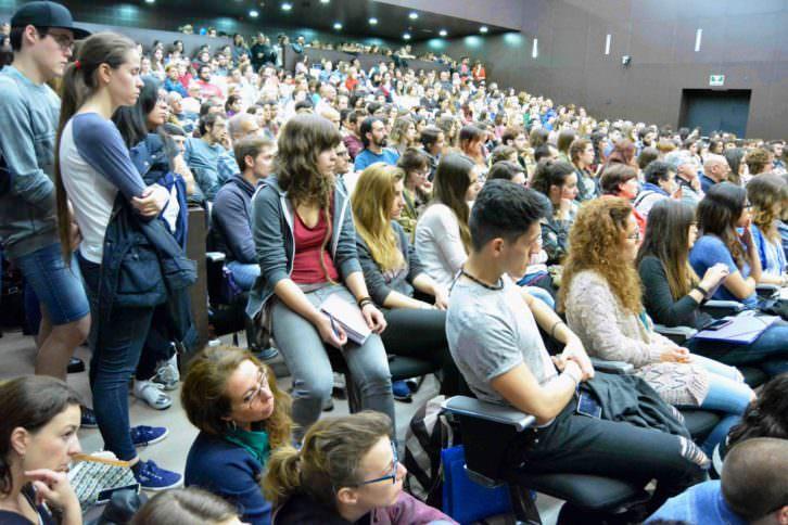 Vista general del público que completó el aforo del Auditori Alfons Roig. Fotografía: Merche Medina.