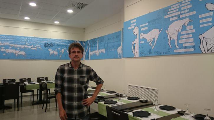 Miguel Ángel Escoín junto a la obra ya montada. Imagen cortesía del artista.
