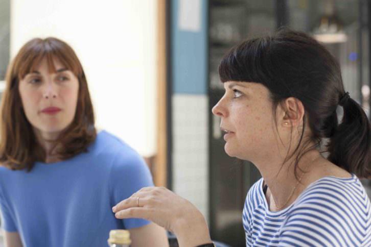 Meritxell Barberá e Inma García, directoras del Festival 10 Sentidos, durante un instante de los Desayunos Makma. Fotografía: Fernando Ruiz.