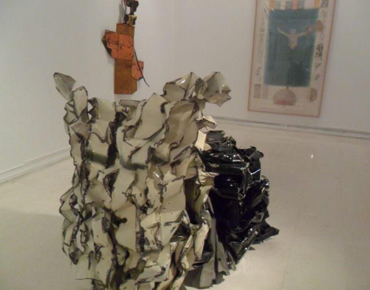 Escultura de John Chamberlain en 'Perdidos en la ciudad' del IVAM.