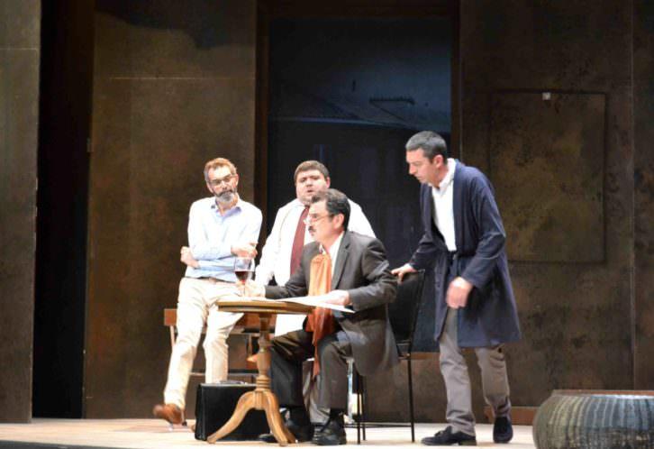 Escena de El sopar dels idiotes, en el Teatre Talia de Valencia. Fotografía: Lorena Riestra.