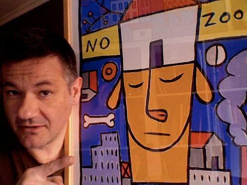 L'artista amb una de sus obres. Imatge cortesia de la organització.