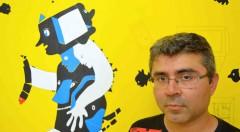 El artista y poeta Aldo Alcota, frente a una de sus obras expuesta en IMT, para Russafart. Fotografía: Jose Ramón Alarcón.
