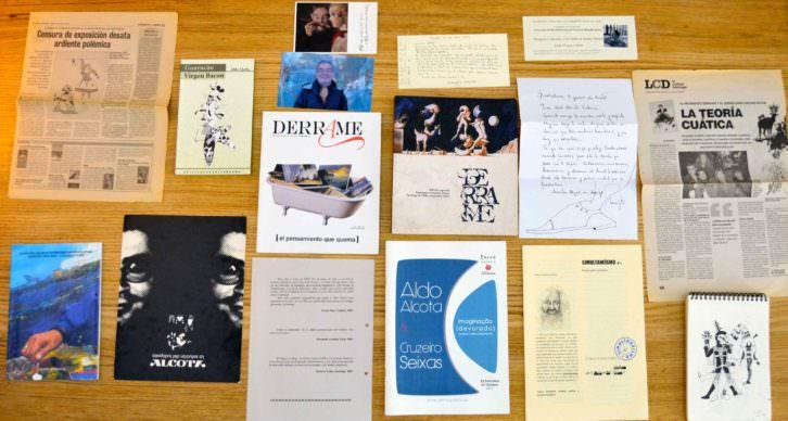 Imagen de varias publicaciones y referencias del archivo personal de Aldo Alcota. Fotografía: Jose Ramón Alarcón.