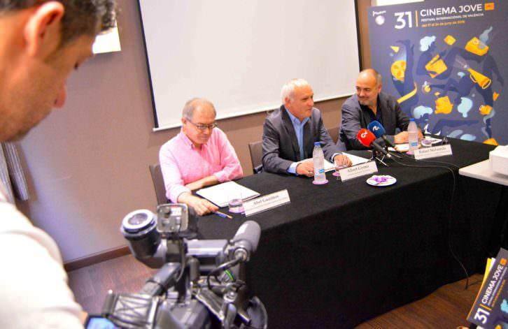 Abel Guarinos, Albert Girona y Rafael Maluenda durante un instante de la rueda de prensa del 31 Cinema Jove. Fotografía: Jose Ramón Alarcón.