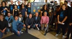 Rafael Maluenda, Albert Girona, Abel Guarinos y miembros del equipo de rodaje de la sección Film Camp Jove posan junto al cartel del 31Cinema Jove. Fotografía: Jose Ramón Alarcón.