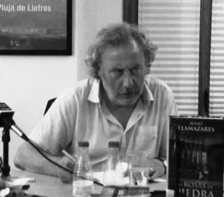 Julio Llamazares, tras la portada de Las Rosas de Piedra. Imagen de Fina Bernat.