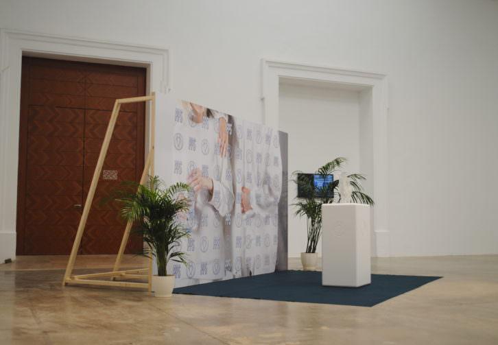 Pieza del colectivo PPS en a la entrada de la sala. Fotografía: María Ramis.