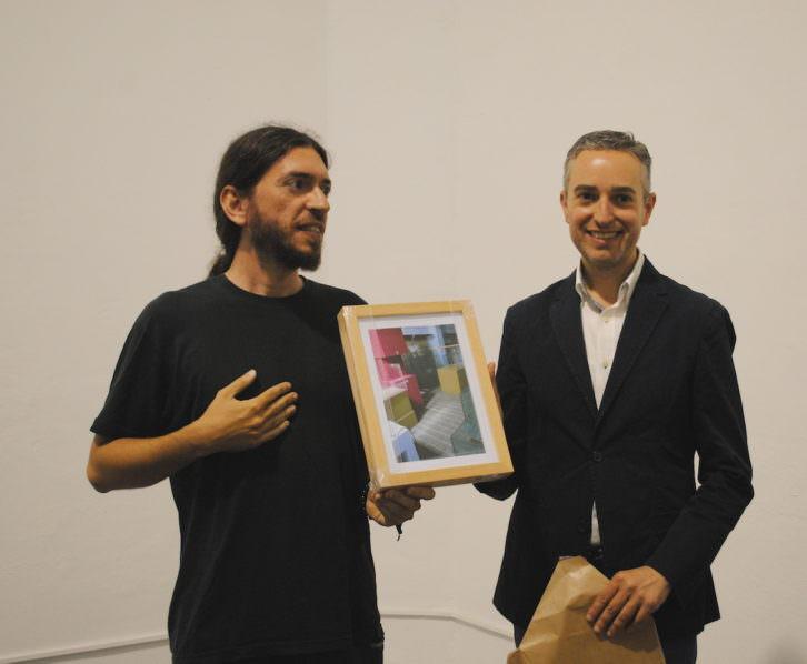 Momento en que Vicente Aguado hace entrega de la fotografía a José Luis Pérez Pont. Fotografía: María Ramis.