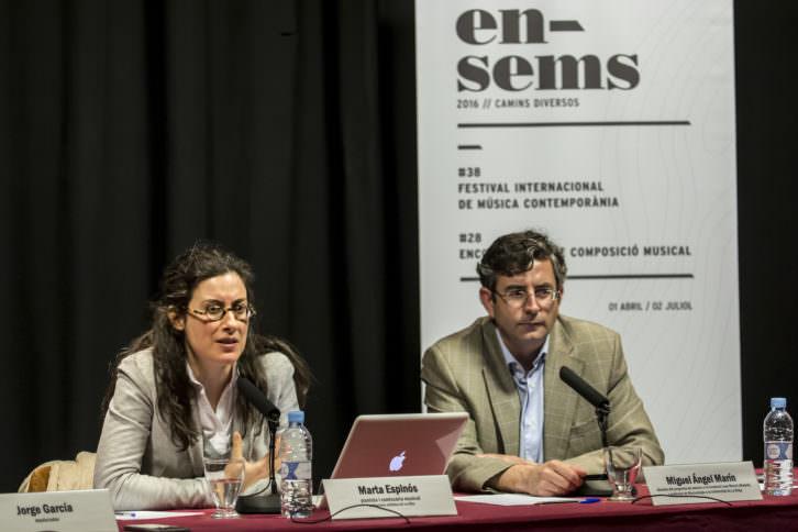 La pianista Marta Espinós durante una mesa redonda celebrada en el marco del festival. Fotografía cortesía del festival Ensems.