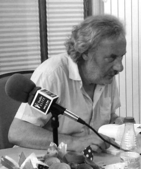 Julio Llamazares en plena charla. Imagen de Fina Bernat.