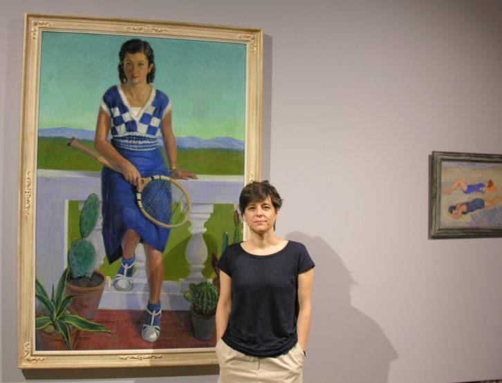Mireia Ferrer junto al cuadro Retrato de Felicidad Marín, de José Manaut. Sala de Exposiciones del Ayuntamiento de Valencia.