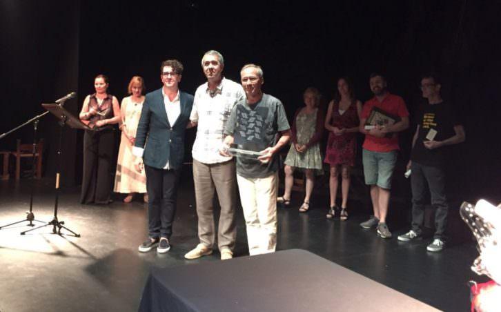 De izquierda a derecha, Pierre Louys Geldenhuys, autor del galardón, Salva Torres, director de Makma, y el representante de Zanguango Teatro, en el momento de entrega del Premio Makma al Mejor Espectáculo Nacional de Teatro en Sala Russafa.