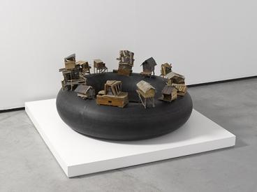 Imagen de la obra 'Al borde del abismo', de Kcho. Fotografía cortesía del museo.