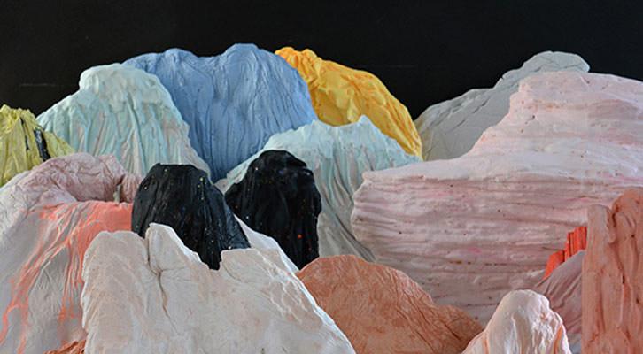 Detalle de una de las piezas presentadas. Imagen cortesía de la galería Luis Adelantado.