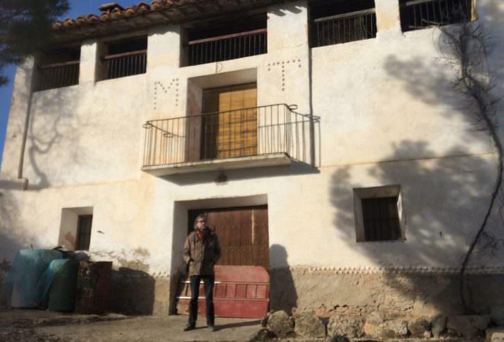 Víctor Amela frente a una casona del Maestrazgo. Imagen cortesía del autor.