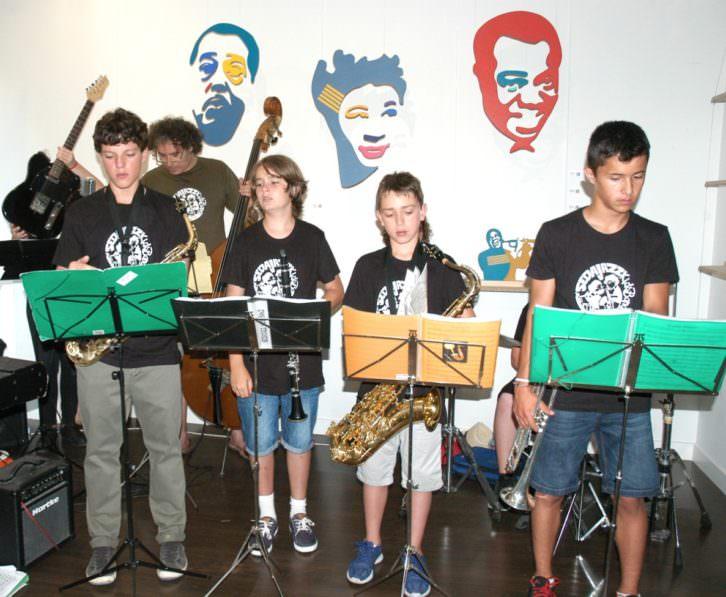 Francisco Blanco Latino, de Sedajazz, con sus jóvenes músicos, interviniendo con motivo de la exposición 'Black is Back', de Luis Rivera. Imagen cortesía de Alba Cabrera.