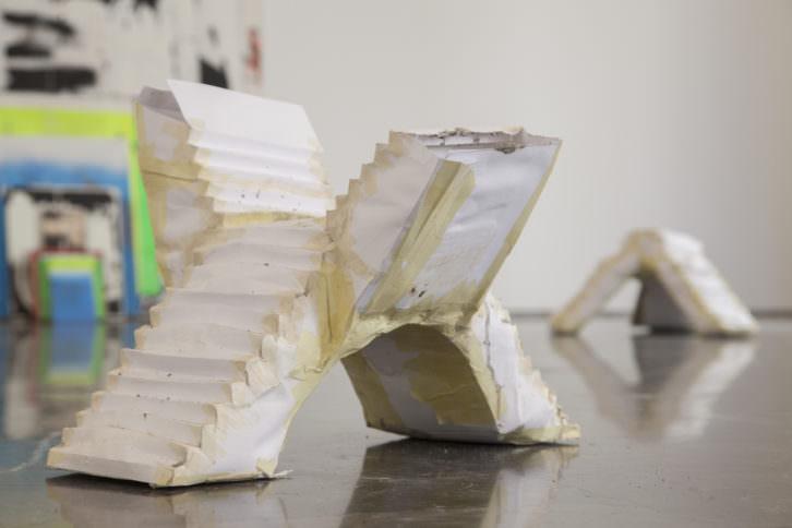 Vista general de las obras de Carlos Correcher (al fondo) y Florencia Caiazza. Fotografía: Nacho López Ortiz.