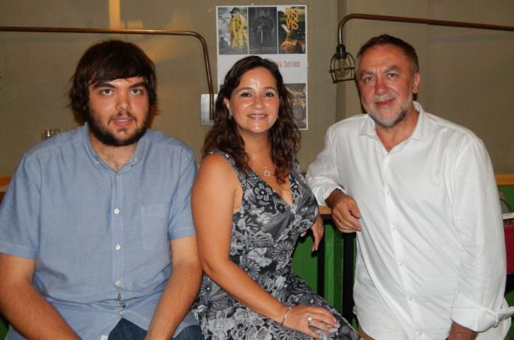 Carlos Pérez (izq), Carmen Juan y Ximo Pérez en la Fiesta de las Series en El Colmado de la Rivera. Foto: Noemi Torrijos.