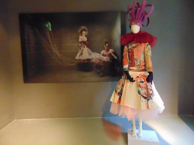 Instantánea de una de las piezas que forman parte de la exposición 'Fashion Art'. Fotógrafía: Neus Flores.