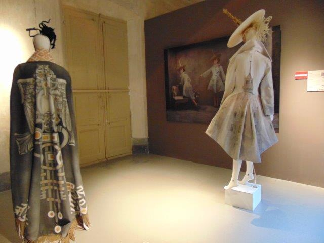 Instantánea varias piezas que forman parte de la exposición 'Fashion Art'. Fotógrafía: Neus Flores.