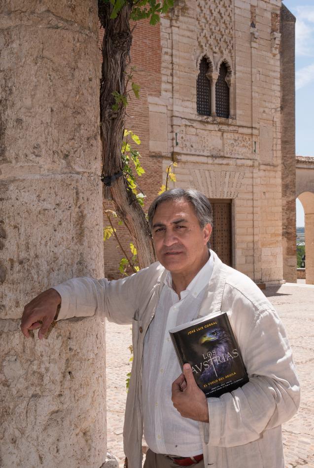 José Luis Corral con su libro. Fotografía de Carlos Ruiz.