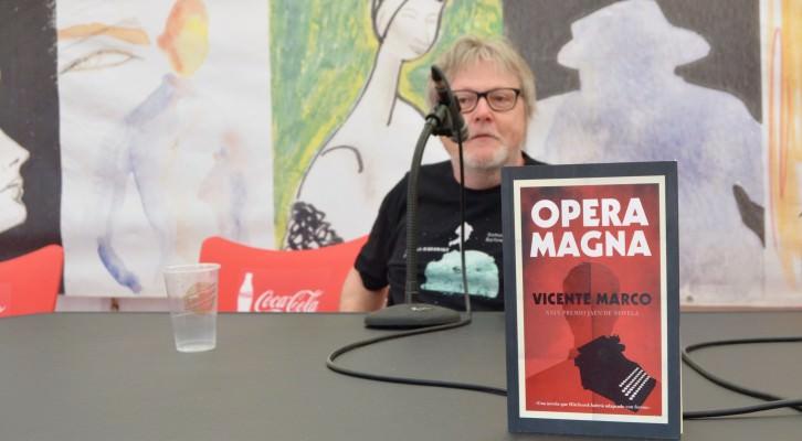 El escritor valenciano Vicente Marco, en un instante de la presentación de 'Ópera Magna' en la carpa 'A quemarropa', durante la XXIX Semana Negra de Gijón. Fotografía: Jose Ramón Alarcón.