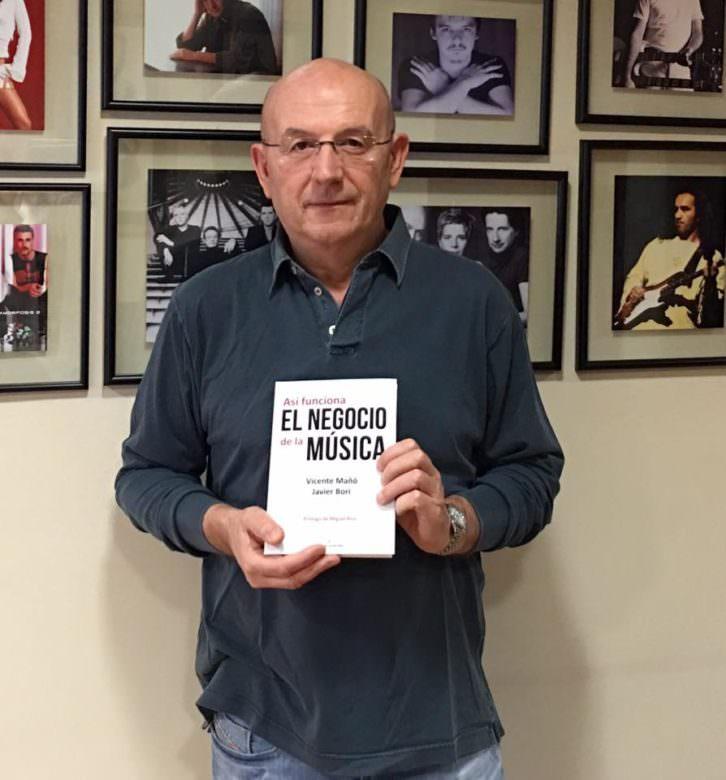 Vicente Mañó con su libro 'Así funciona el negocio de la música'. Imagen cortesía del autor.
