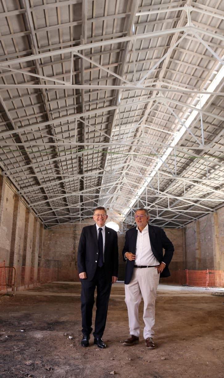 El presidente de la Generalitat, Ximo Puig, junto  al arquitecto Eduardo de Miguel. Imagen cortesía de Bombas Gens.