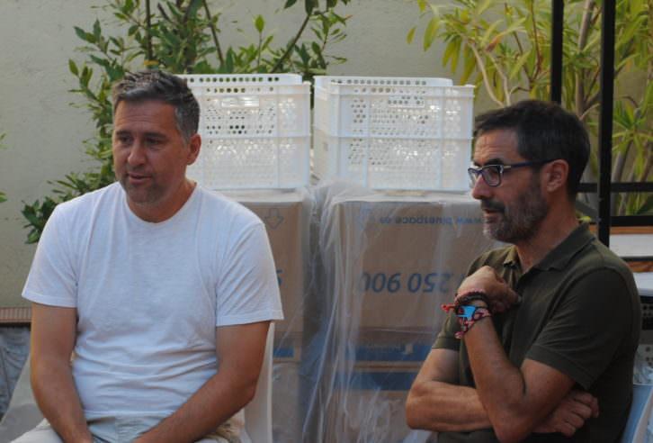 Norbert Llaràs y Xavier Crespo, productores de Mil cosas que haría por ti, durante la entrevista. Fotografía: Boris Ramírez.