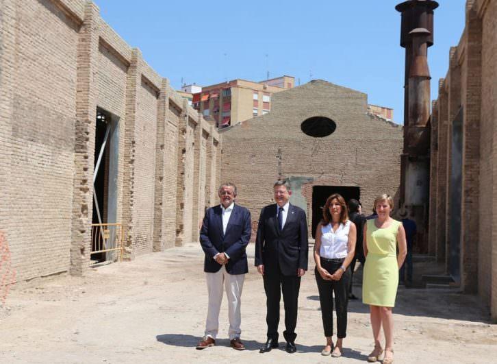 Ximo Puig, presidente de la Generalitat, junto a responsables de Bombas Gens.