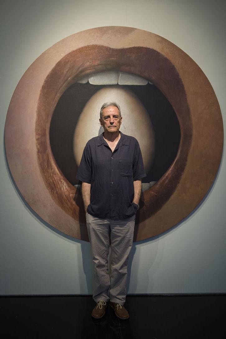 Artur Heras delante de una de sus obras. Fotografía de Miguel Lorenzo cortesía de La Nau.