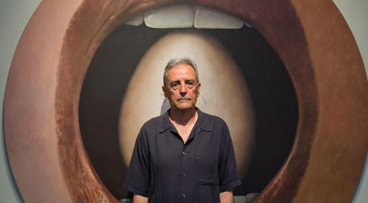 Artur Heras, delante de una de sus obras. Imagen cortesía de La Nau.