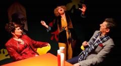Un instante de la obra 'La cantat calva al McDonald's', de Companyia Hongaresa de Teatre. Fotografía cortesía de la compañía.