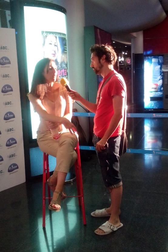 Javier Caro, entrevistando a Marina Seresky, directora de 'La puerta abierta'.