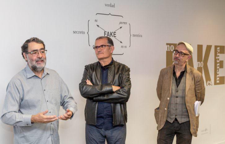 De izquierda a derecha, Joan Fontcuberta, José Miguel Cortés y Jorge Luis Marzo en la presentación de 'Fake. No es verdad, no es mentira'. Imagen cortesía del IVAM.