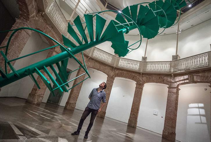Fermín Jiménez Landa junto a su instalación 'El rayo verde'. Imagen cortesía del Consorcio de Museos.