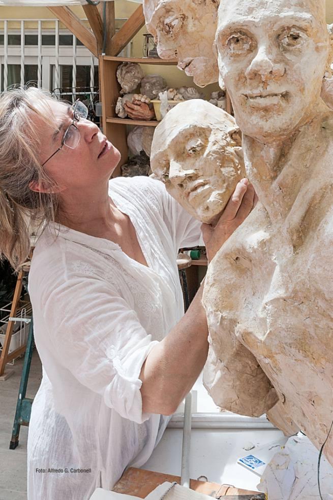 María Gómez, en pleno proceso creativo. Imagen cortesía de la autora.