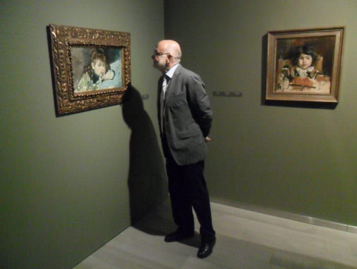 Javier Pérez Rojas observando una de las obras de Pinazo.