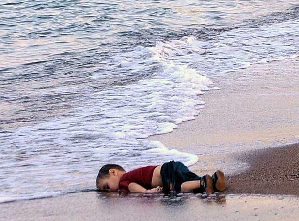 Fotografía del niño ahogado en aguas del Egeo.