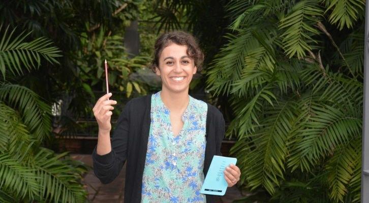 Cristina Ramírez muestra sus instrumentos de trabajo en el Jardín Botánico (Valencia)