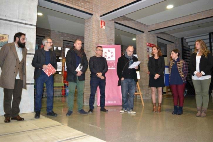 """Un instante del discurso inaugural de """"Refugio ilustrado. Entre el ataúd y la maleta"""", de la APIV, en el vestíbulo de la Escola d'Art i Superior de Disseny de Castelló (EASD). Fotografía cortesía de los organizadores."""