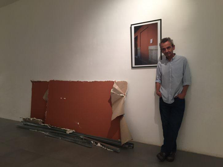 Vicente Talens junto a algunas de sus obras. Imagen cortesía de Galería Mr. Pink.