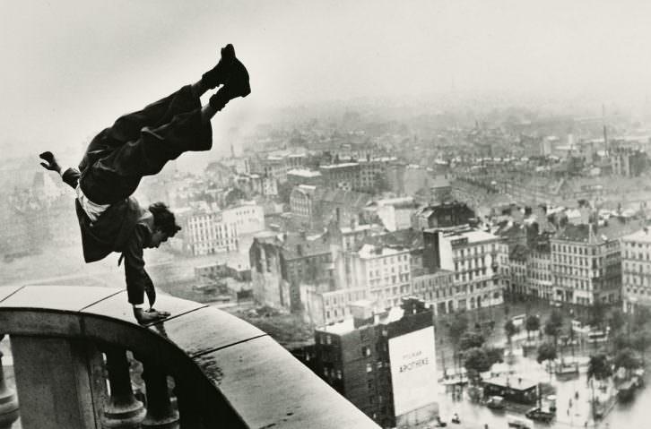 El trapecista, fotografía de Jürgen Schadeberg, que hablará de su trabajo en Sindokma.